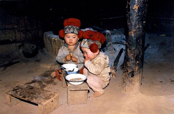 Jeunes enfants en train de manger
