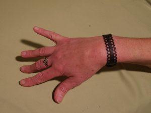 bracelet dent de scie sur le poignet