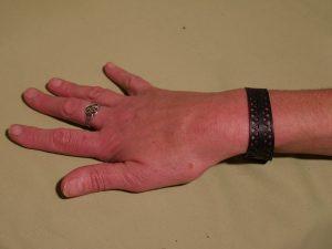bracelet triangle porté au poignet