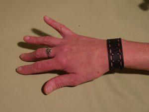 bracelet porté au poignet humanitaire indonésie