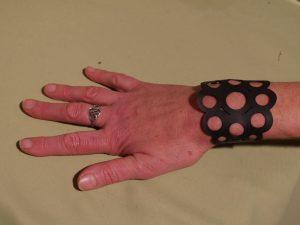 bracelet noir autour du poignet