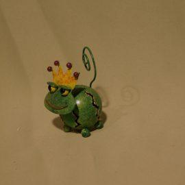 grenouille verte avec sa couronne