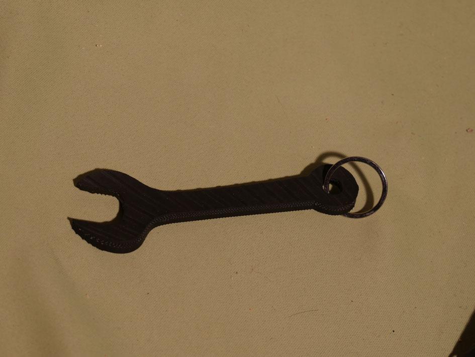 clé à molette en pneu