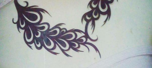 un joli collier incandescent aux motifs intéressants