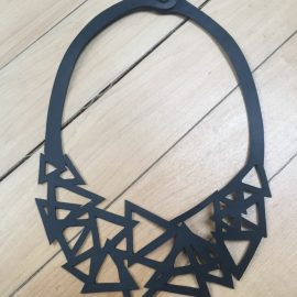 Un joli collier constitué de triangles