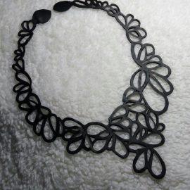 un joli collier volume en chambre à air recyclée